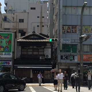 上野警察署前交差点です。